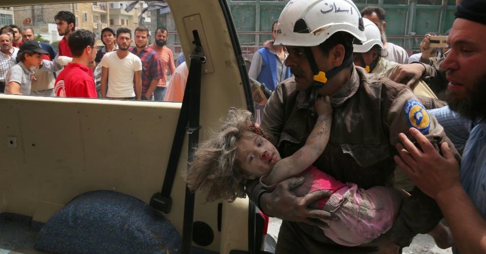 15.jun.2016 - Membro da Defesa Civil leva garota ferida para ambulância após ataque aéreo em Idlib, na Síria. A cidade e a província com o mesmo nome são redutos de grupos rebeldes, incluindo a Frente Nusra, ligada à al-Qaeda