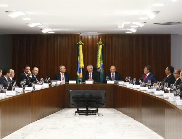 O presidente interino, Michel Temer, se reúne com governadores e ministros, além do presidente do Senado, Renan Calheiros, para selar acordo sobre pagamento de dívidas dos Estados