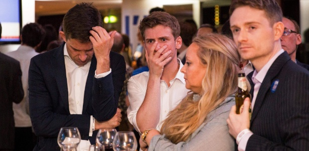 24.jun.2016 - Britânicos favoráveis à permanência do Reino Unido lamentam derrota no referendo