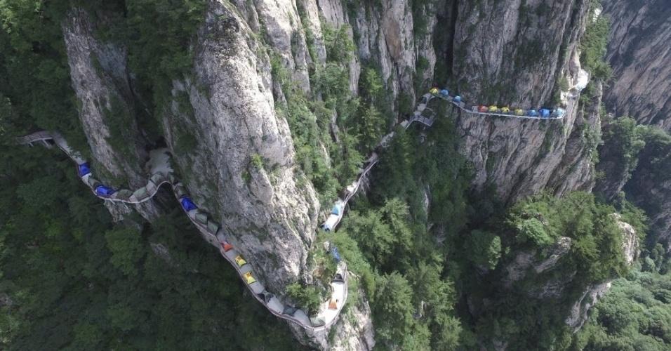 18.jul.2016 - Diversas barracas são montadas ao longo da estrada com bela vista da montanha durante um festival de campismo em Luoyang, na China