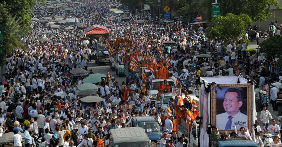 24.jul.2016 - Milhares de pessoas acompanharam em Phnom Penh, capital do Camboja, o funeral do analista político e ativista pró-democracia Kem Ley, que foi assassinato com um tiro no último dia 10 de julho. O crime aconteceu à luz do dia, numa loja de conveniência da cidade