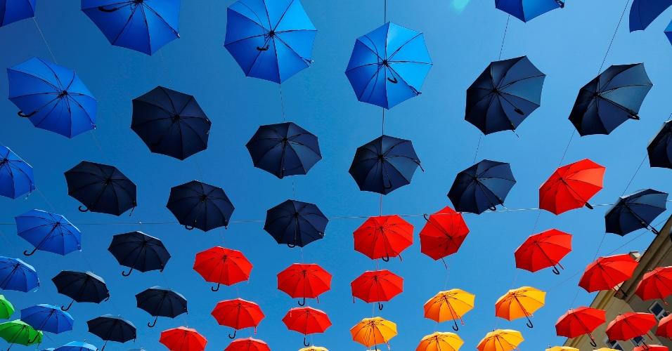 1º.set.2016 -Guarda-chuvas coloridos decoram a praça Dorner, em Viena, Áustria
