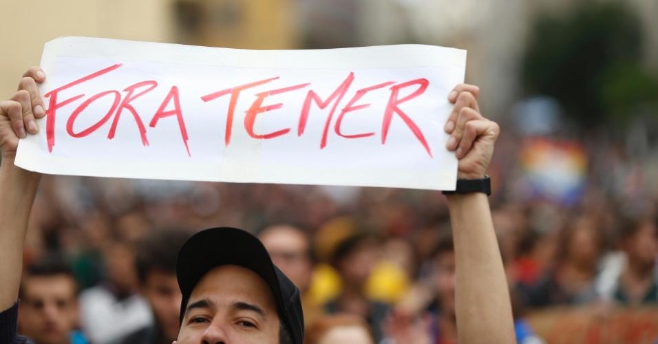 7.set.2016 - Jovem pede a saída do presidente Michel Temer da Presidência da República durante ato no centro de São Paulo. Manifestantes se concentraram na Praça da Sé e saíram em caminhada em direção à avenida Paulista