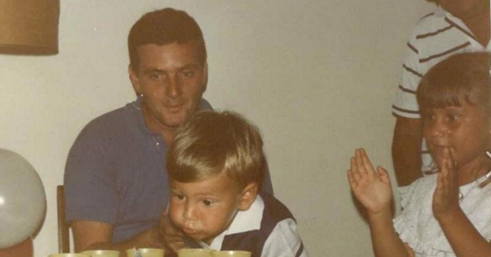 Marcelo Crivella observa o filho soprar a vela do aniversário de dois anos