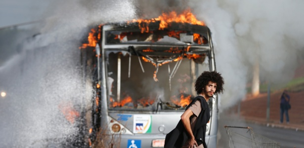 Ônibus é incendiado em Brasília durante protesto contra PEC 55 - Pedro Ladeira/Folhapress