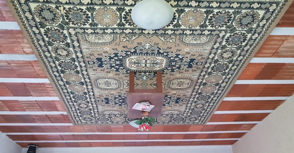 15.dez.2016 - Um tapete e uma mesinha fazem parte do mobiliário de ponta-cabeça do interior da casa invertida projetada por Eduardo José Lima, 73, em Ribeirão das Neves, na região metropolitana de Belo Horizonte