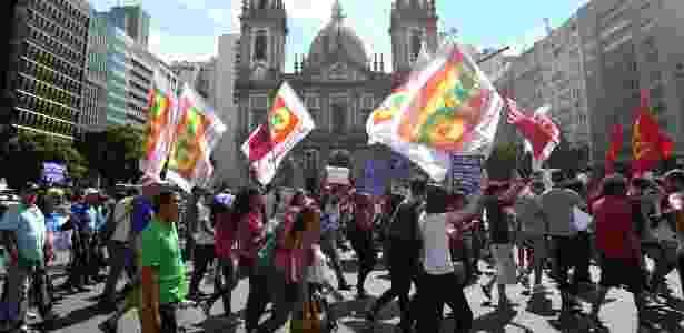 A manifestação se concentrou em frente ao prédio da Alerj e depois saiu em caminhada em direção à Igreja da Candelária - Marcos Arcoverde/Estadão Conteúdo