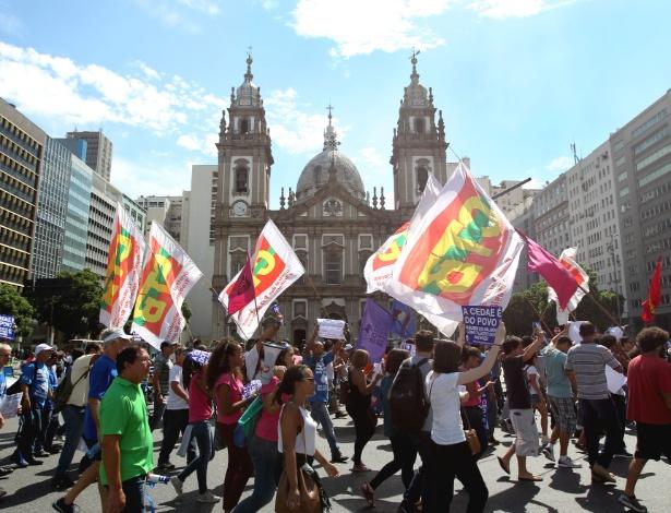 A manifestação se concentrou em frente ao prédio da Alerj e depois saiu em caminhada em direção à Igreja da Candelária