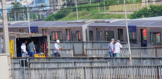 Homens trabalham próximo a trem da linha 3 vermelha do metrô que descarrilou próximo a estação de Itaquera na zona leste de São Paulo