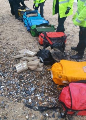 Sacolas de viagem contendo cocaína apareceram em praias em Hopton-on-Sea próximo a Great Yarmouth, em Norfolk, na Inglaterra