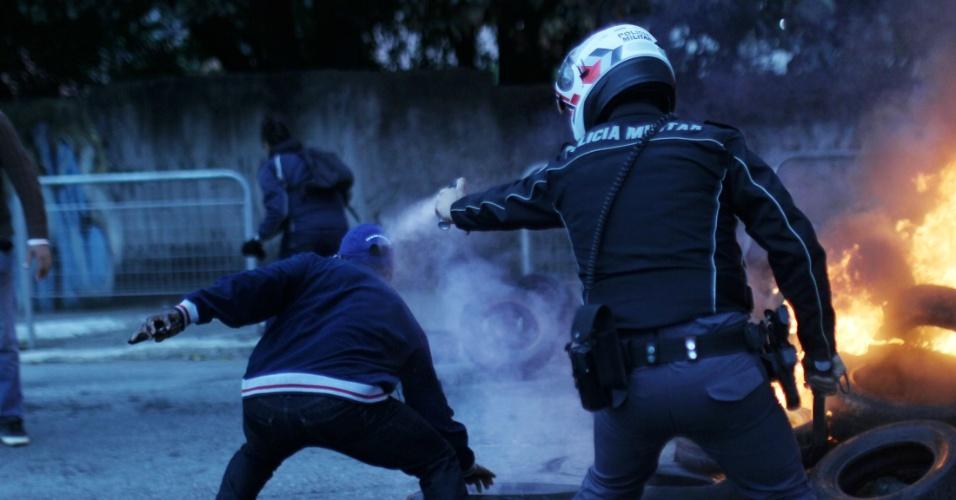 28.abr.2017 - Manifestantes bloqueiam a Avenida Ragueb Chohfi, na zona leste da capital paulista, na manhã desta sexta. A ação faz parte do movimento de greve geral convocado para esta data em todo o Brasil