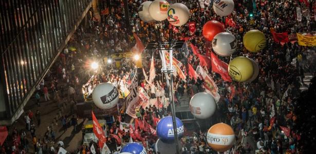 Manifestantes ocupam quase três quarteirões da avenida Paulista na noite desta sexta-feira