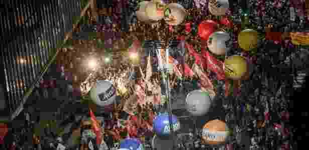 Manifestantes ocupam quase três quarteirões da avenida Paulista na noite desta sexta-feira - Bruno Santos/ Folhapress