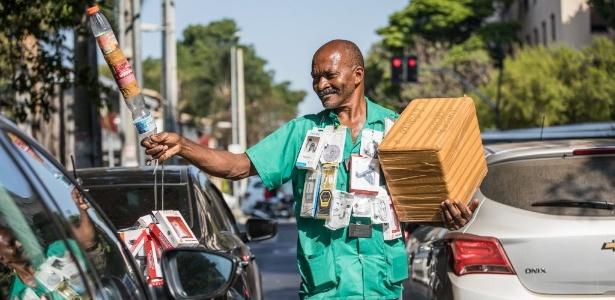Raimundo Francisco Santos Paulo, o Maguila, em um dos semáforos em São Paulo - Simon Plestenjak/UOL