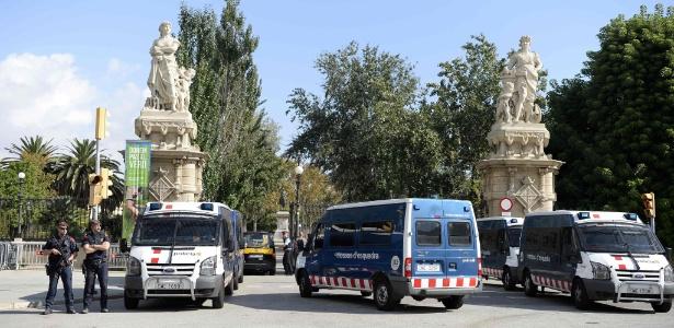 10.out.2017 - Polícia catalã reforça segurança na região do Parque de la Ciutadella, onde fica o parlamento regional catalão, em Barcelona