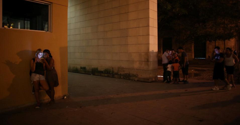 Jovens utilizam um ponto de Wi-Fi instalado pelo governo cubano, em Havana, para acessar a internet