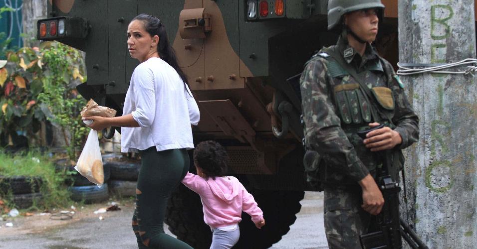 23.fev.2018 - As Forças Armadas realizam uma operação na favela Vila Kennedy, na zona oeste do Rio de Janeiro. A ação ocorre dois dias após criminoso assassinarem o subcomandante da UPP (Unidade de Polícia Pacificadora) da região