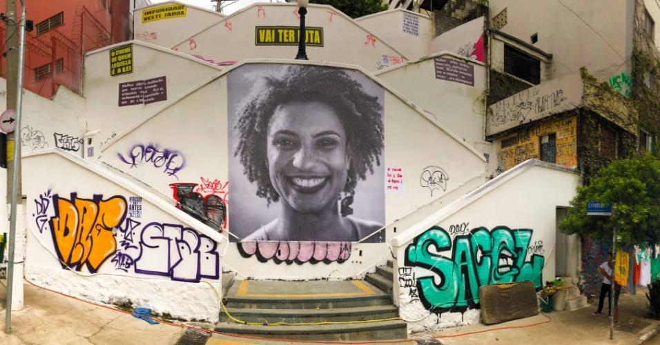 20.mar.2018 - Foto da vereadora Marielle Franco (PSOL-J), assassinada no Rio de Janeiro na última quarta-feira (14), foi colada em escadaria do bairro de Pinheiros, na zona oeste de São Paulo