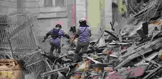 Bombeiros trabalham no resgate de sobreviventes e corpos após desabamento de prédio - Marcelo Justo/UOL