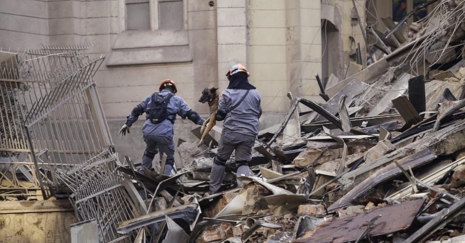 1º.mai.2018 - Bombeiros trabalham em escombros do prédio de 24 andares que pegou fogo e desabou na região do Largo do Paissandu, no centro de São Paulo