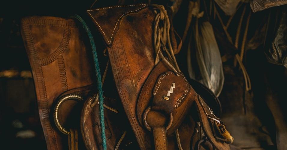 Selas e detalhes de montaria. Famílias no cerrado baiano desenvolveram um jeito de viver do cerrado que passa pelo compartilhamento de áreas comuns para soltar o gado, colher os frutos e remédios e plantar roças