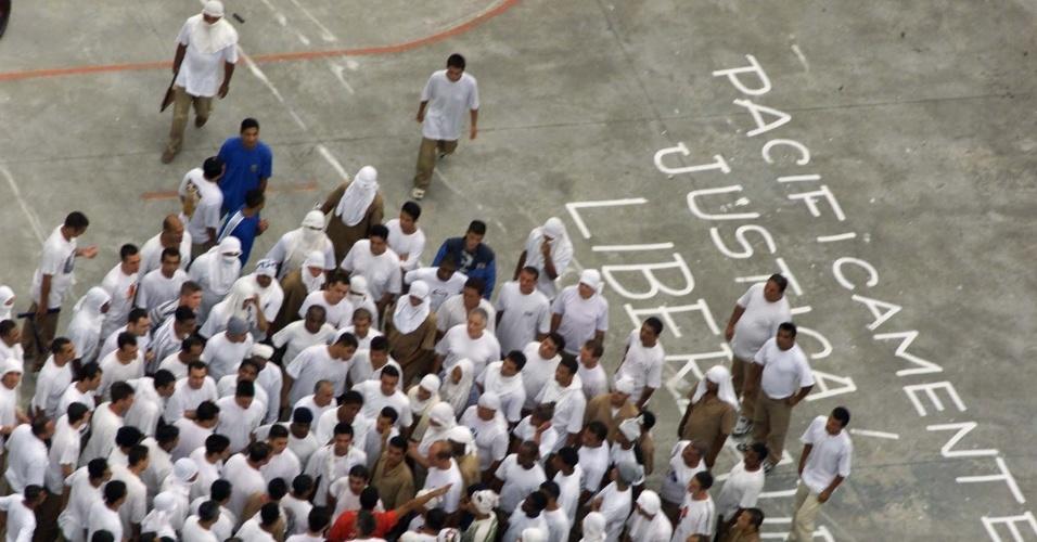 30.ago.2018 -- No dia 18 de fevereiro de 2001, Presos se rebelaram no presídio de Franco da Rocha (SP) contra a transferência dos líderes do PCC (Primeiro Comando da Capital). Os familiares dos presos foram mantidos como refém