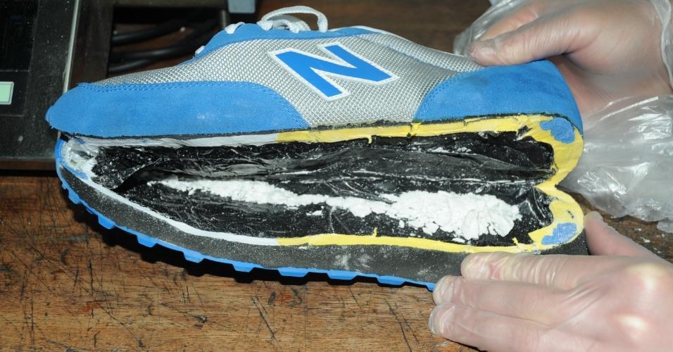 cocaína escondida dentro de um par de tênis