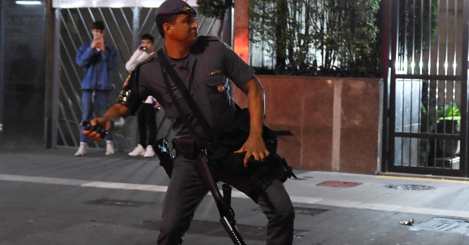 28.out.2018 - Polícia lança bombas de efeito moral para dispersar protesto de militantes em apoio à eleição de Jair Bolsonaro (PSL) à Presidência, que aconteceu na Avenida Paulista, em São Paulo