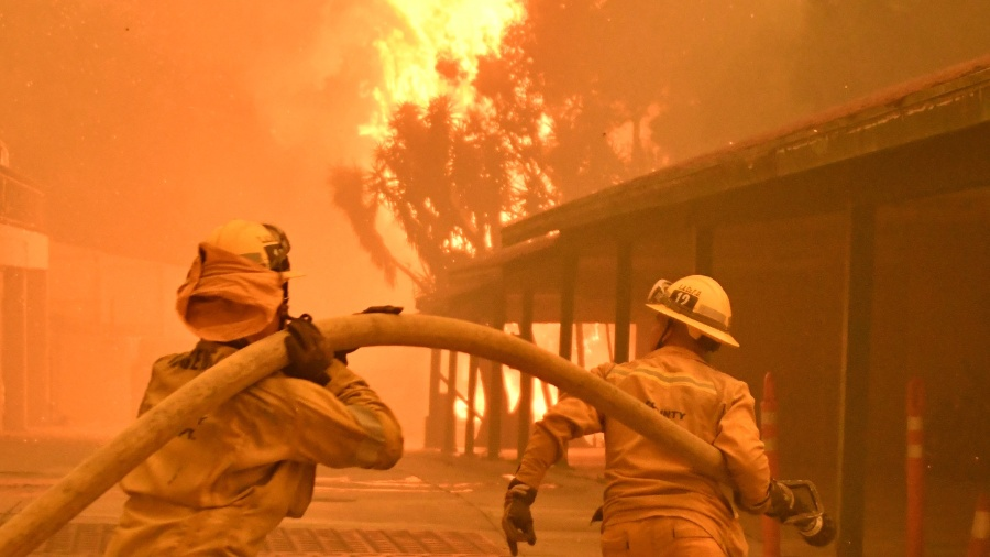 Bombeiros trabalham para combater chamas na Califórnia - Gene Blevins/Reuters