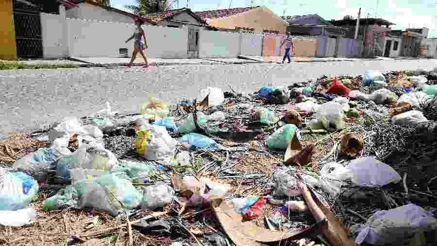 Ruas da cidade de Bayeux (PB) com lixo para ser recolhido e falta de saneamento básico - Francisco França/UOL