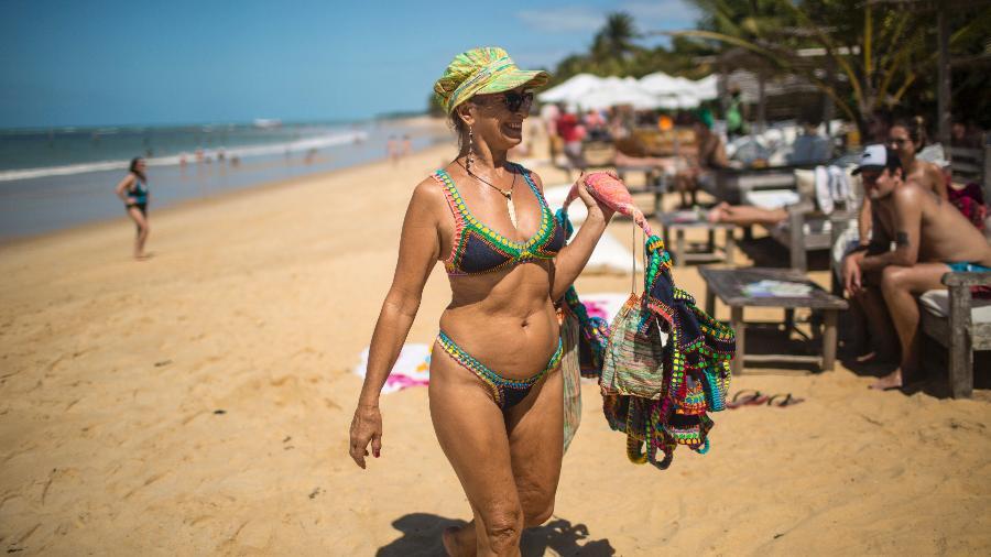 Maria Solange Ferrarini vende seus biquínis de crochê na praia em Trancoso, na Bahia - Dado Galdieri/The New York Times