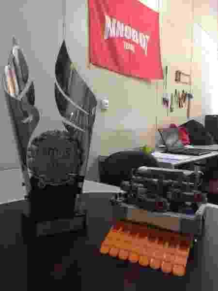 Troféu é exibido ao lado do robô da Rinobot - Daniel Leite/UOL