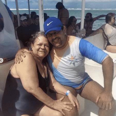 O operador de turismo Tarcísio Silva e a mãe dele, Lucimar, que morreu no naufrágio, em foto do passeio de junho em Maragogi - Reprodução/Instagram Simbora