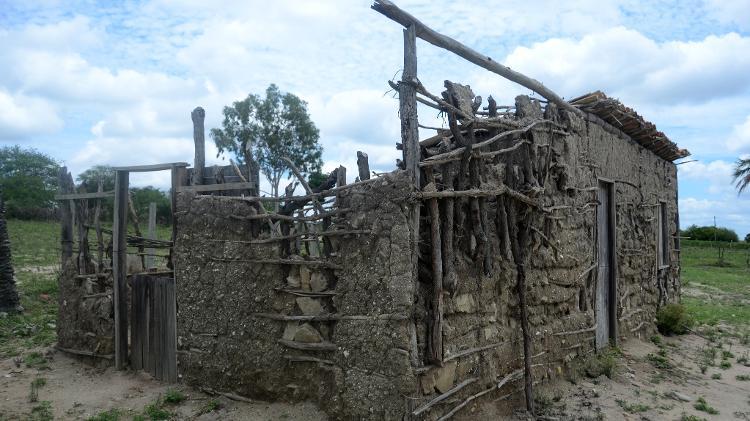 Abandonada e sem manutenção | Réplica da casa onde Lula nasceu em Caetés está em ruínas