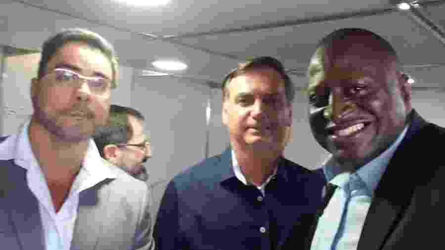 15.fev.2020 - O juiz Marcelo Bretas posa para foto com o deputado federal Helio Lopes (PSL-RJ) e o presidente Jair Bolsonaro - Reprodução