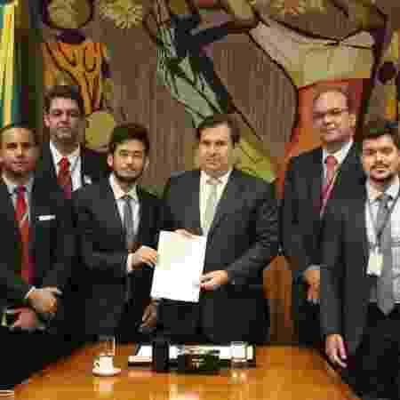Relator da licença ambiental, Kim Kataguiri (DEM-SP), entrega texto ao presidente da Câmara, Rodrigo Maia (DEM-RJ) - Divulgação