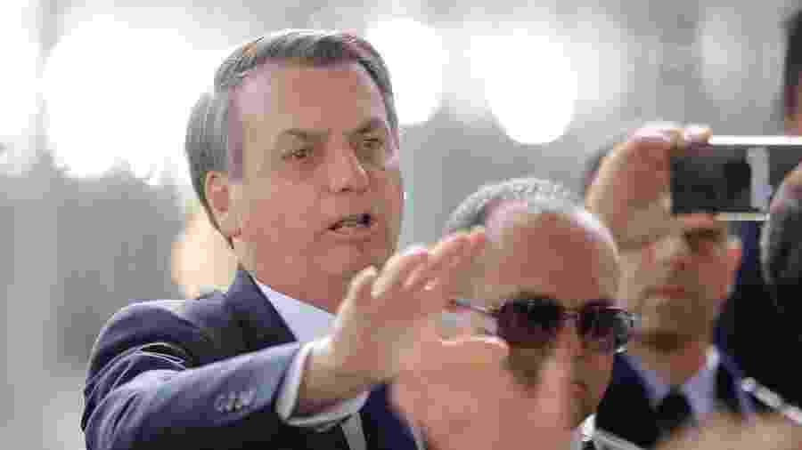 O presidente da República, Jair Bolsonaro, cumprimenta simpatizantes na porta do Palácio da Alvorada, em Brasília - DIDA SAMPAIO/ESTADÃO CONTEÚDO