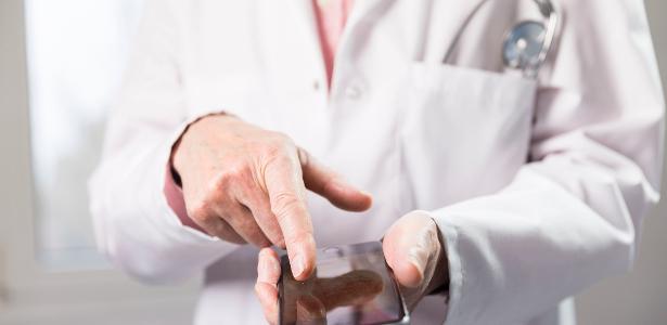 Para combater a covid-19 | SP adapta concurso e convoca médicos residentes por Whatsapp