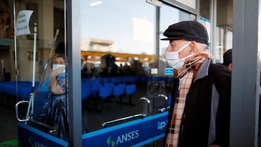 03.abr.2020 -  Um homem faz fila em frente a um banco, aberto pela primeira vez desde a quarentena obrigatória devido ao coronavírus em Buenos Aires, na Argentina - Agustin Marcarian/Reuters