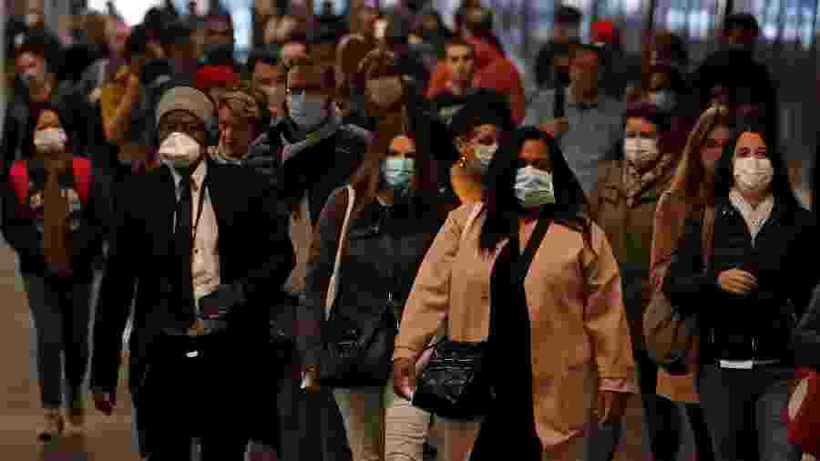 Usuários do transporte público usam máscaras de proteção em Paris - Reuters