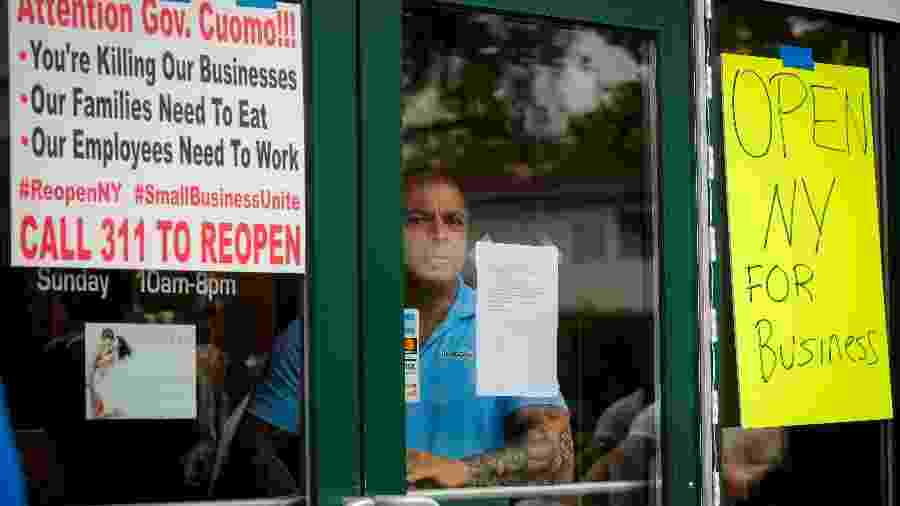 O proprietário do salão de bronzeamento solar Bobby Catone chega para abrir seu negócio contra recomendações locais de saúde e uma ordem de desligamento, durante o surto da doença por coronavírus (COVID-19) no bairro de Staten Island em Nova York, EUA - BRENDAN MCDERMID/REUTERS