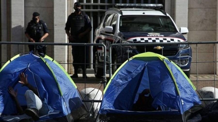Moradores de rua acampam na frente da Prefeitura de São Paulo - Reuters