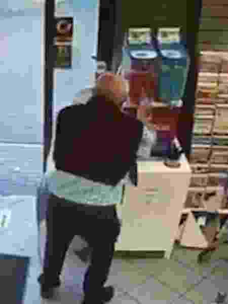 Um idoso foi flagrado confundindo uma máquina de raspadinha com frascos de álcool em gel  - Reprodução/Twitter