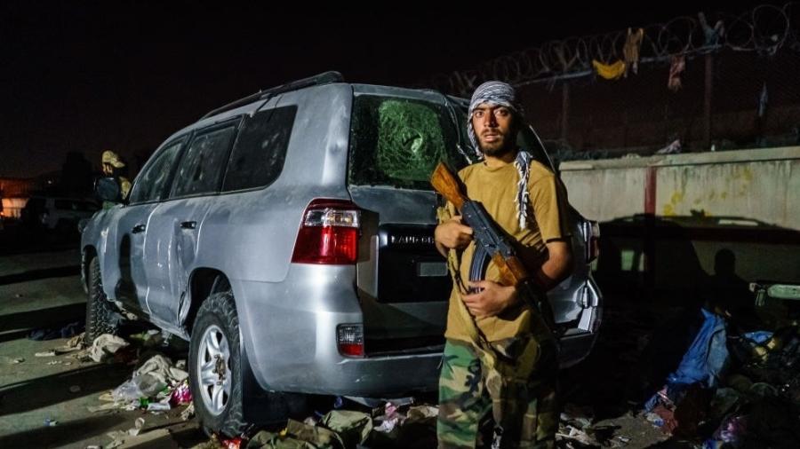 Guarda talibã nas proximidades do aeroporto de Cabul - Getty Images