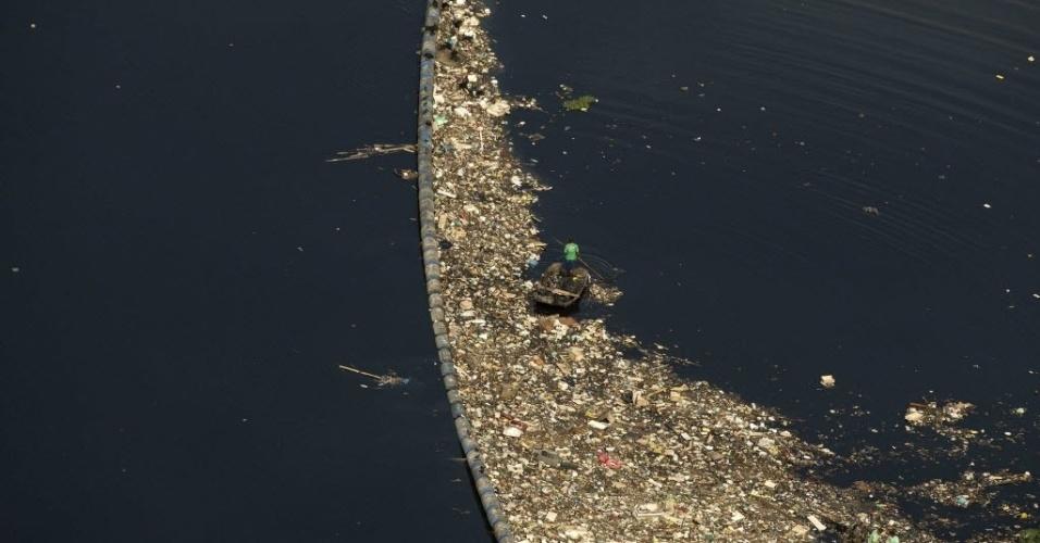 22.jun.2015 - Vista aérea de uma barreira de contenção de lixo no canal do Cunha, afluente de la Baía de Guanabara, no Rio de Janeiro (RJ)
