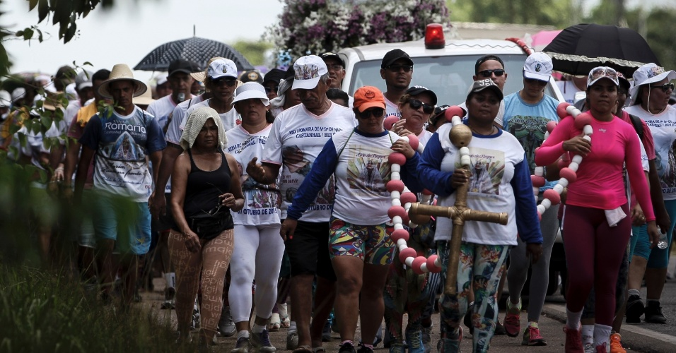 7.out.2015 - Romeiros caminham no acostamento da BR-316 em direção a Belém (PA), onde será realizada a procissão do Círio de Nazaré