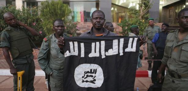 Soldados do Mali exibem bandeira de jihadistas responsáveis por ataque - Joe Penney/Reuters