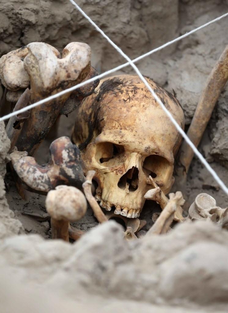 26.nov.2015 - Uma equipe de arqueólogos encontrou quatro tumbas pertencentes à cultura pré-hispânica ichma, civilização que existiu na costa central do Peru entre os anos de 1000 a 1450 d.C. A imagem mostra uma das tumbas encontradas em cima da Grande Pirâmide feita em adobe, que forma parte do centro cerimonial conhecido como Huaca Pucllana, em Miraflores, Lima. Se trata de quatro adultos: três mulheres e um homem. Os corpos foram enterrados sentados, envolvidos em tecidos e cordas. Havia ainda vasilhas de cerâmica, mate e instrumentos relacionados à atividade têxtil, enterrados junto aos corpos como oferendas
