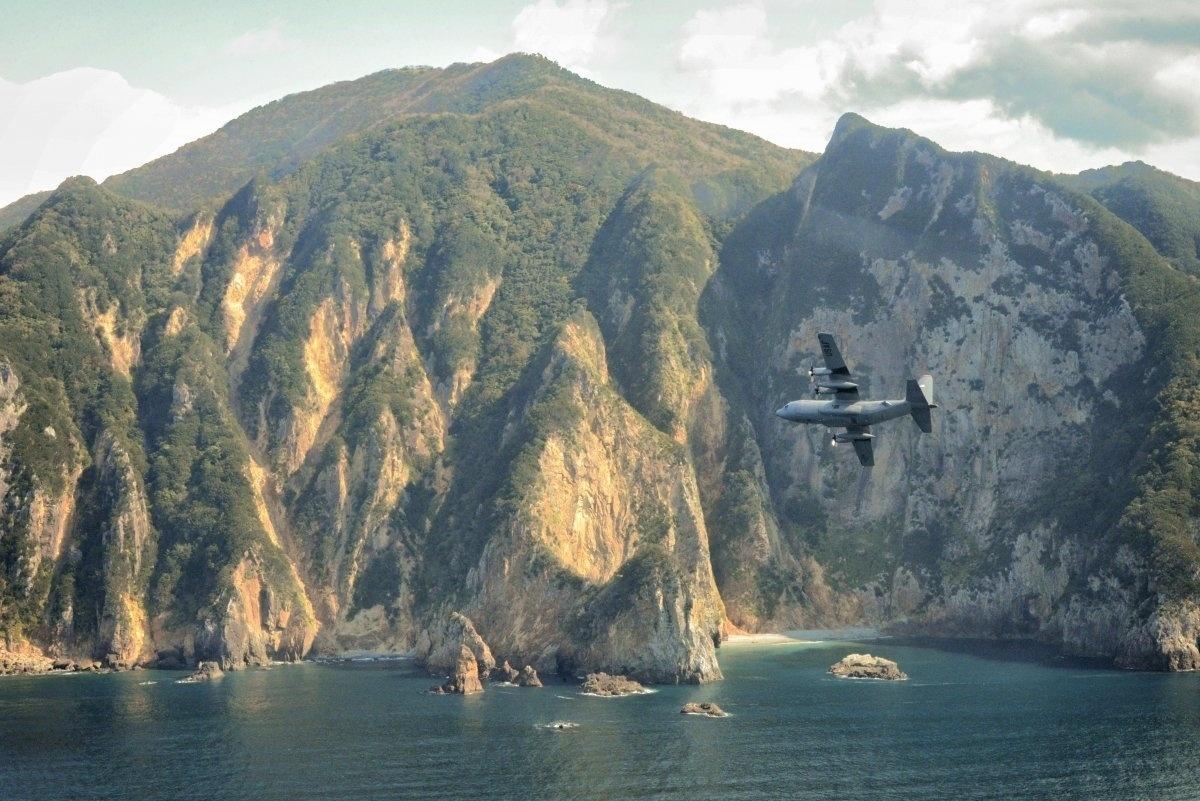 13.jan.2016 - Uma aeronave C-130 Hércules voou sobre a península de Izu, no Japão, no dia 14 de outubro de 2015. A imagem foi tirada durante uma operação regular para treinar situações de emergências. Com o cenário cinematográfico, a fotografia foi uma das escolhidas pelo site Business Insider como uma das mais belas imagens da Força Aérea dos Estados Unidos em 2015