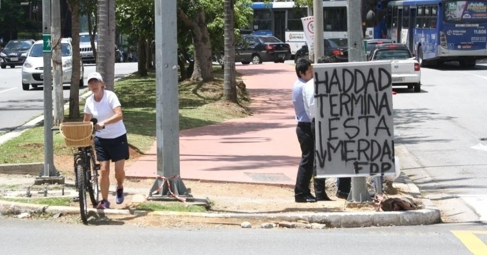 21.jan.2016 - Um cartaz foi instalado na avenida Brigadeiro Faria Lima com reclamações e xingamentos sobre as péssimas condições da ciclovia e da passagem de pedestres. O texto pede que o prefeito Fernando Haddad (PT) finalize as obras no local